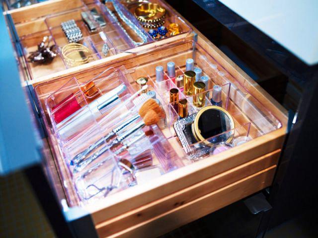 Une boîte à compartiments spéciaux pour le maquillage - Rangements malins sdb