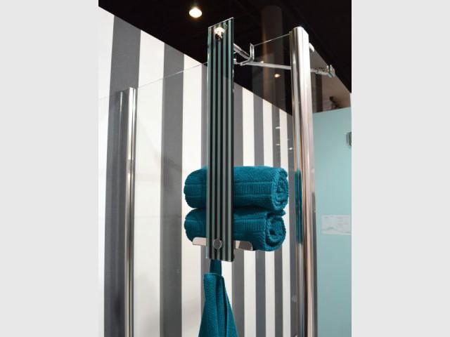 Une colonne qui s'accroche à la douche - Rangements malins sdb