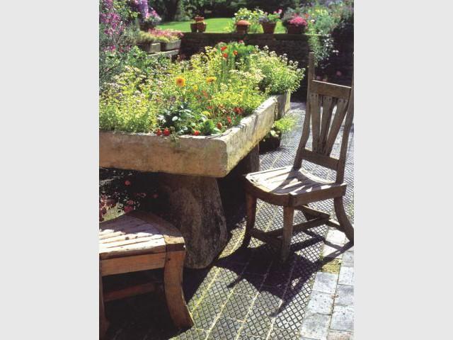 Bassin de pierre - jardin vintage