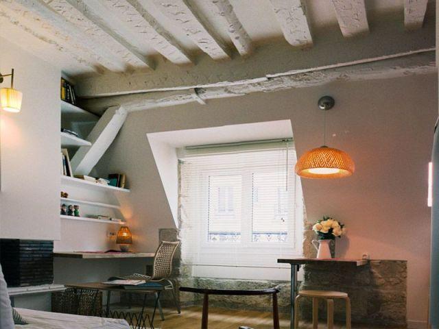 Un studio avec des poutres peintes en blanc - La prairie atelier