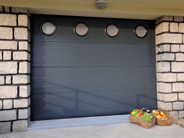 Bien Choisir Sa Porte De Garage - Porte de garage sectionnelle avec poignée de porte pvc a clé