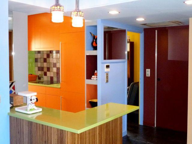 Des meubles chinés et des plafonds colorés - Appart fifties coloré