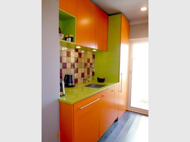 Cuisine - Meubles orange et plan de travail vert - Appart fifties coloré