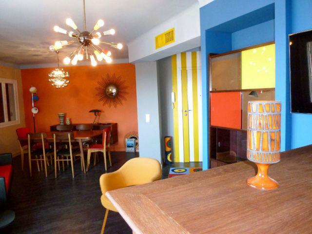 Salon - Une entrée élargie - Appart fifties coloré