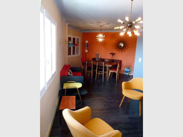 Salon - Des meubles vintages chinés - Appart fifties coloré