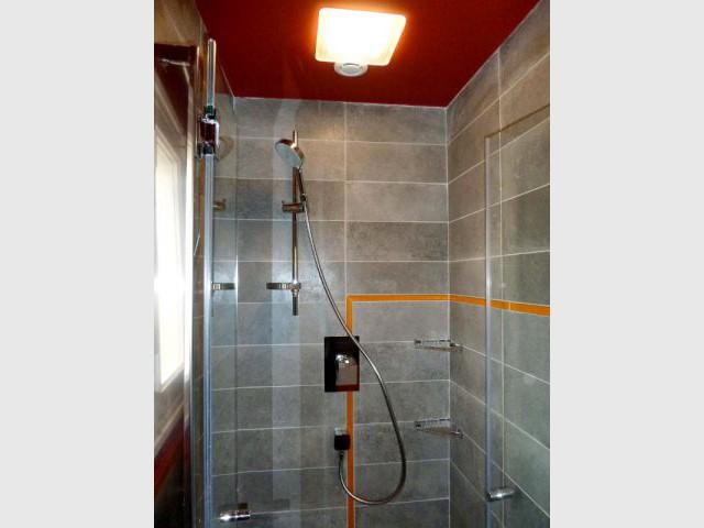 Salle de bains - Douche et listel orange - Appart fifties coloré