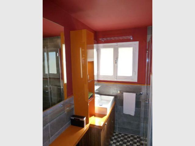 Salle de bains - Meubles sur mesure et plafond rouge - Appart fifties coloré