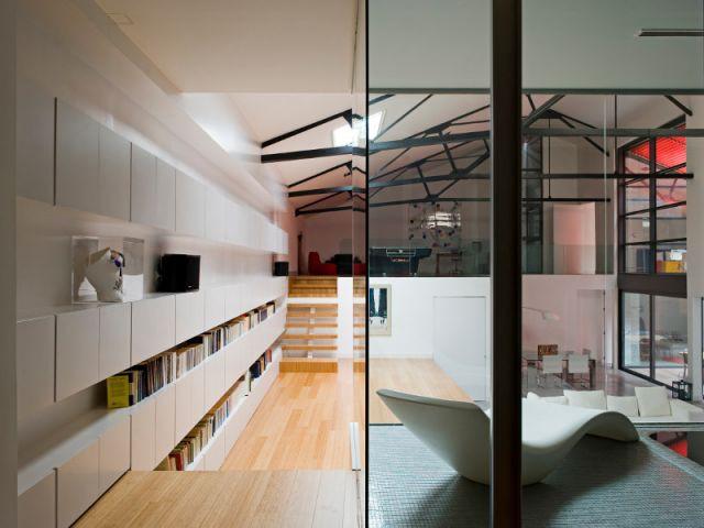 Bibliothèque et piscine donnant sur le salon - Loft Madrid