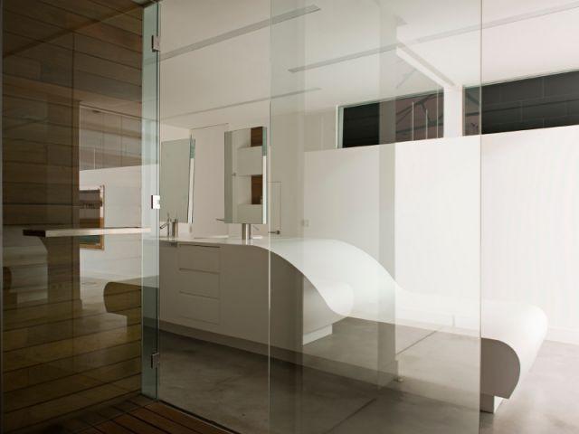 Une douche confortable et un accès à la piscine - Loft Madrid