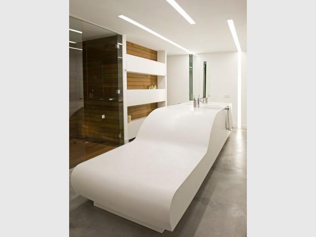 Un meuble de salle de bains en forme de chaise longue géante - Loft Madrid