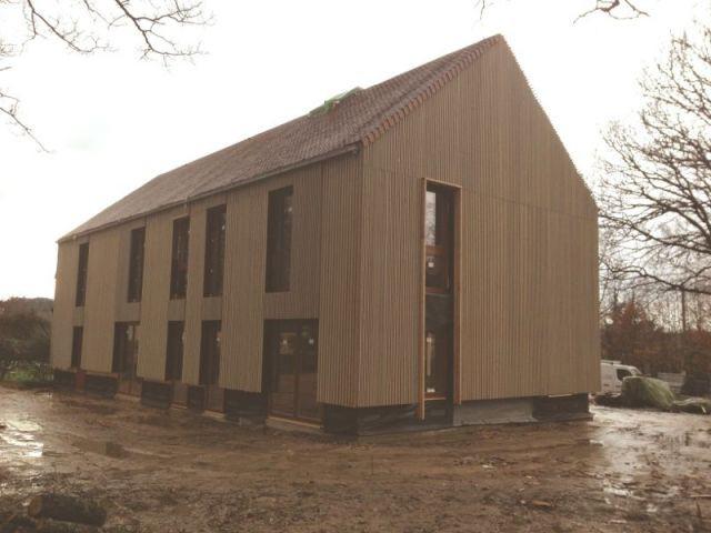 une maison en bois massif mont e en 4 jours. Black Bedroom Furniture Sets. Home Design Ideas
