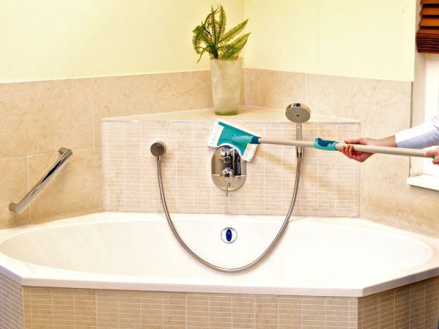 Un balai spécial pour nettoyer le carrelage et la baignoire - Eclat de la salle de bains