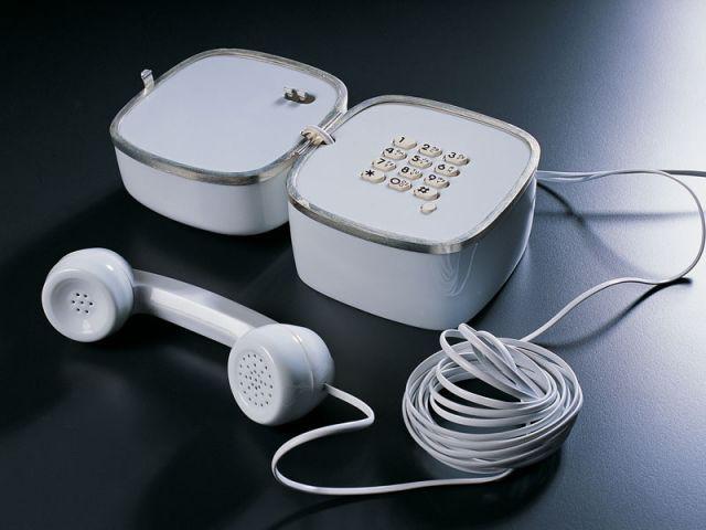 Téléphone en porcelaine par Mathieu MERCIER