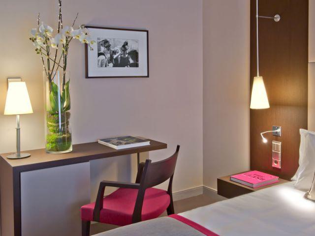 Une décoration sobre pour les chambres - Hôtel Derby-Alma Paris - Chambre