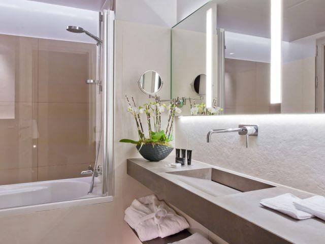 Une salle de bains en pierre et inox - Hôtel Derby-Alma Paris - Chambre