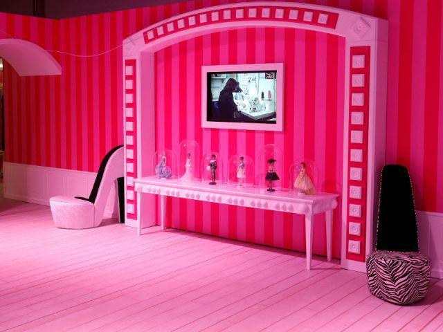 Des talons aiguilles géants envahissent la maison - maison Barbie Berlin