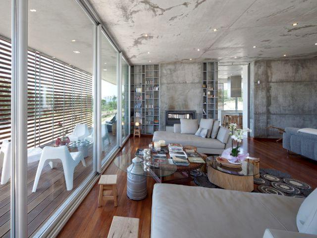 Un salon béton et bois - La Villa Géraldine