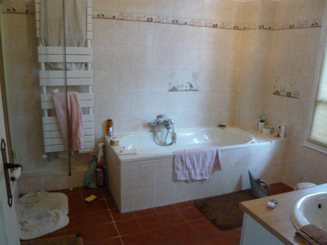 Avant - une baignoire au centre de la salle de bains - Avant Saint-Maur-des-Fossés