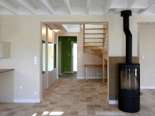 Un poêle à bois et des briques comme chauffage - Maison organique bioclimatique
