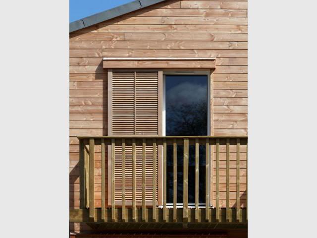 Volets en bois à l'étage - Maison organique bioclimatique