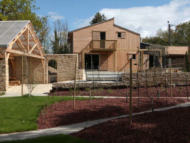 Une maison de bois, pierre et zinc - Maison organique bioclimatique