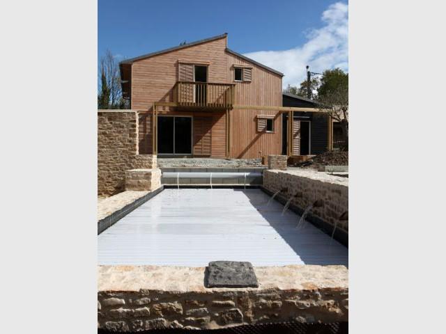Une piscine écologique et naturelle face à la maison - Maison organique bioclimatique