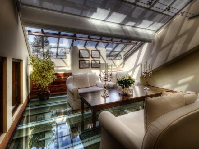 Une suite en duplex et son sol en verre - Il Salviatino
