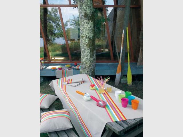Des rayures fluo pour une table multicolore - Table d'été