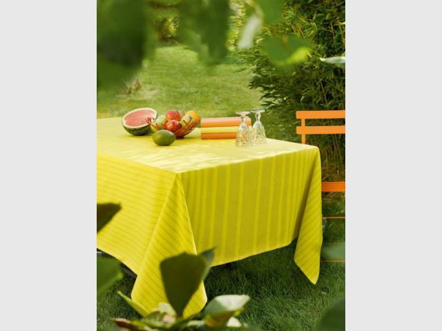 Une nappe jaune pour une table ensoleillée - Table d'été