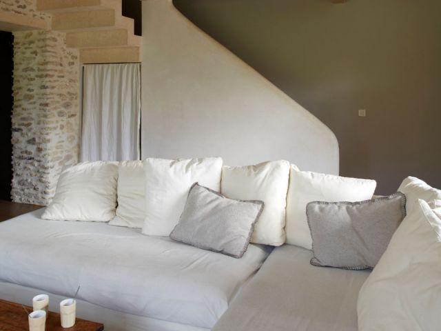 Après : une pièce à vivre réunissant salon et salle à manger - Rénovation Rambouillet - grange