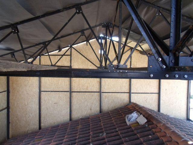 Une structure métallique posée à même le toit existant - Surélévation Phenix Evolution