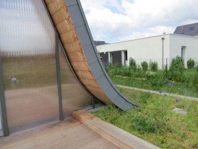 Une maison posée sur un socle - maison vague