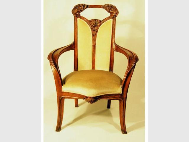 Chaise en bois sculpté - Arwas Archives
