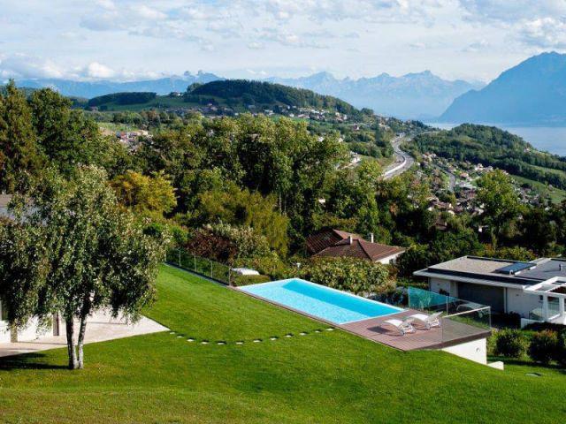 Un emplacement avec vue sur Lausanne - Piscine suisse