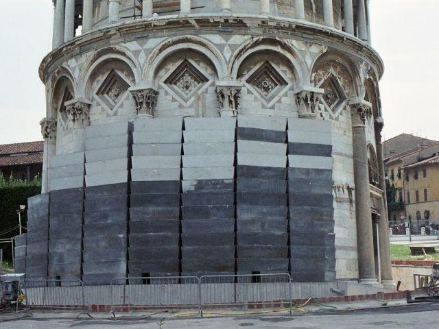 Les contrepoids en plomb de la tour de Pise