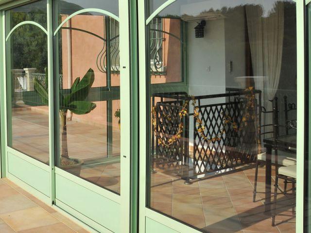 Un escalier menant au rez-de-jardin - Véranda Primevère Reynaers verte