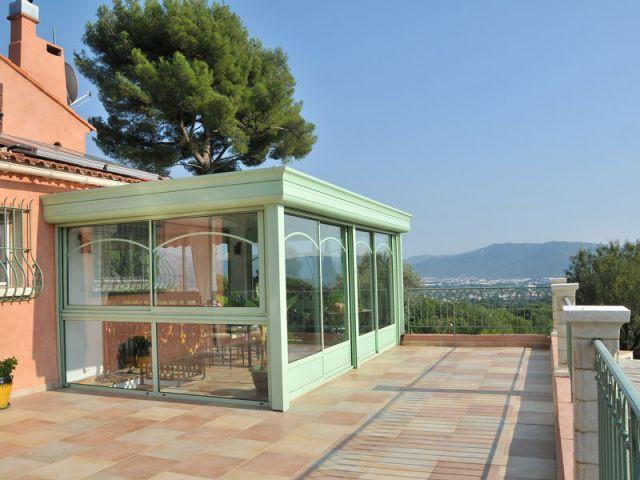 Une terrasse large et ensoleillée - Véranda Primevère Reynaers verte