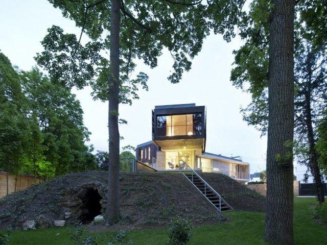 Une maison au-dessus d'une grotte