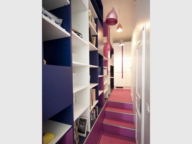 Après : le couloir-bibliothèque - Avant/après Aude Borromée - bandes colorées