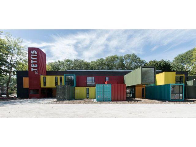 le tetris une salle de spectacle qui joue avec des conteneurs. Black Bedroom Furniture Sets. Home Design Ideas