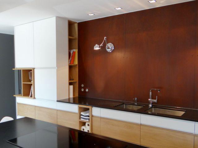 bois granit et t le rouill e pour une cuisine moderne. Black Bedroom Furniture Sets. Home Design Ideas