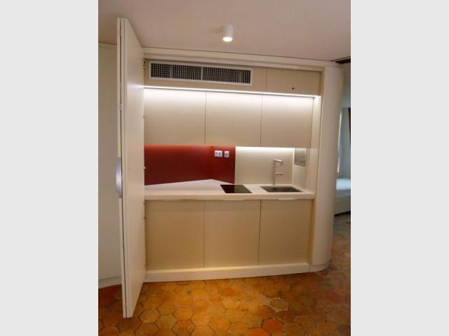 Jeu de cache cache dans un appartement parisien for Cuisine ouverte dans appartement ancien