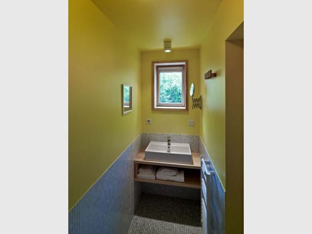 Une salle de bains en forme de couloir - Reportage Grange - Loïc Piquet