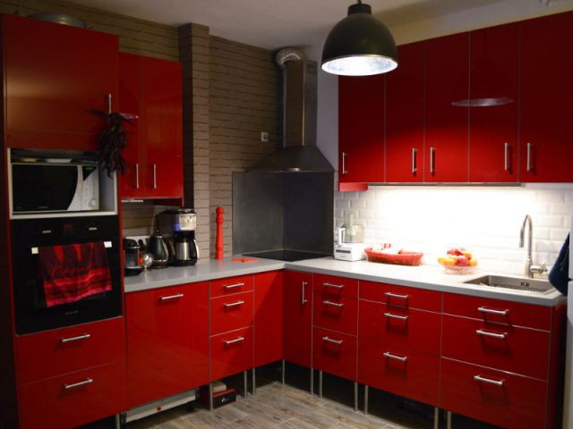 Cuisine rouge et déco industrielle - Concours Bensimon