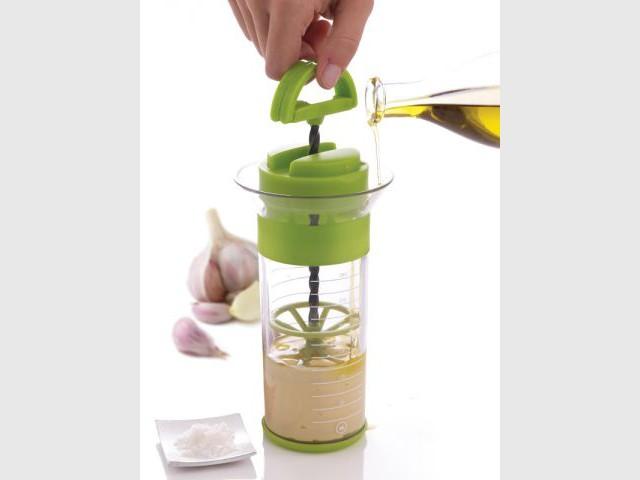 Emulsionner d'une seule main avec un flacon mélanger - Accessoires de cuisine malins