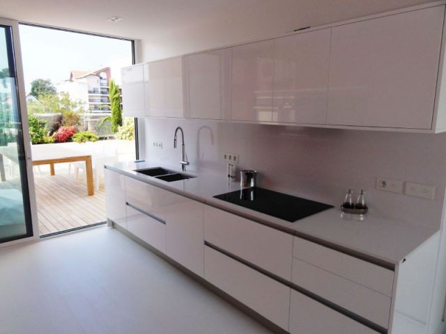 une cuisine bicolore ouverte sur la mer. Black Bedroom Furniture Sets. Home Design Ideas