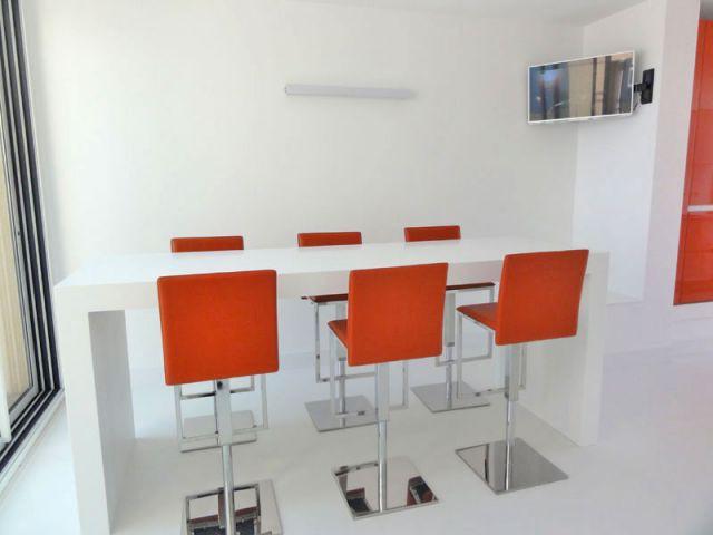 Une salle à manger à l'allure d'un bar - Guillaume Rousseau - cuisine Porcelanosa
