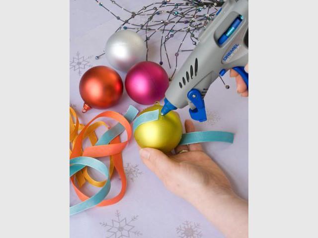 Des boules de Noël à strass et paillettes 1/4 - Dremel