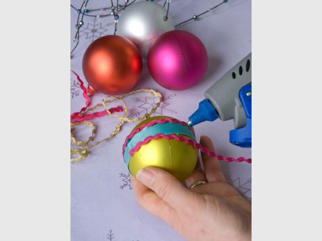 Des boules de Noël à strass et paillettes 2/4 - Dremel