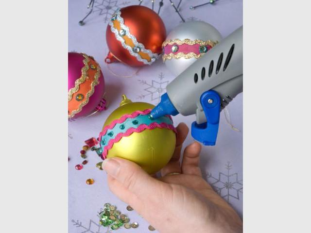 Des boules de Noël à strass et paillettes 3/4 - Dremel